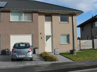 Perfect onderhouden zeer recente halfopen woning te Zarren.<br /> Op het gelijkvloers bevinden zich de inkom, gastentoilet, lichtrijke woonkamer met h
