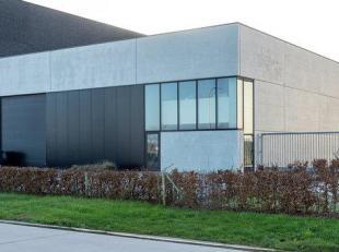 Dit bedrijfsgebouw is uiterst goed gelegen op de zoning sappenleen te Poperinge evenwijdig met de westhoekweg .<br /> Het is zeer kwalitatief door zij