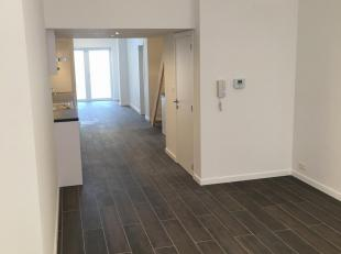 Ruim Appartement met 2 slaapkamers gelegen op het gelijkvloers.<br /> 70m² woonruimte + 34.4 m² terras.<br /> Volledig top gerenoveerd - gelegen in ou