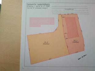 Lot 1: Mooi en rustig gelegen stukje KMO grond van 1556m² met een hal van 360m² en een wooneenheid van 128m², woning bevat inkom, ruime living met eet