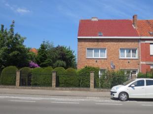 Stevig huis, bouwjaar 1960, op 1080 m2 grond. Breedte van het perceel 18,2 m.Te renoveren, maar met mogelijkheden. Klein huisje achteraan de tuin. Gez