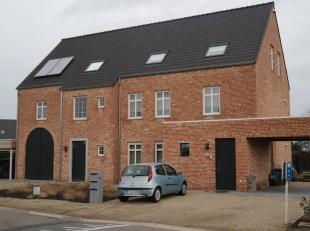 TE HUUR vanaf 1 maart 2019: duplexappartement (links) met aparte inkom, deel uitmakend van constructie bestaande uit drie woongelegenheden. <br /> Ope