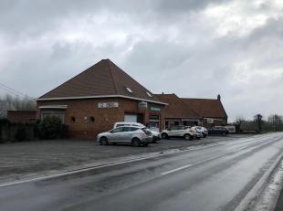 Commercieel gebouw gelegen op de weg lopende naar Kluisbergen en centrum van Escanaffles, Celles, Avelgem. Heel goed draaiende café met tal van trouwe