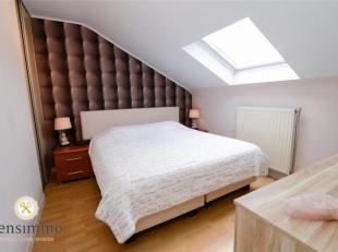 Gezellig duplex appartement: De woonkamer en de open keuken vormen één geheel. Een verdieping hoger liggen 2 slaapkamers; en de badkamer met een ligba