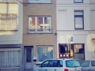Instapklare, lichtrijke woning met charmante gevel in het centrum van Kortrijk. Parkeerplaats voor de deur. Geen inkijk noch geluidshinder vanop straa