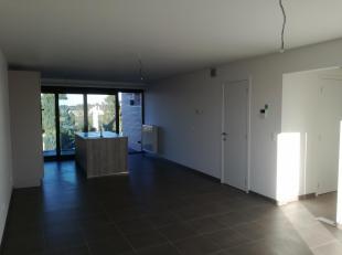 Modern appartement (2016) en rustig gelegen.  Ruime living en open keuken, 2 slaapkamers, apart toilet en badkamer met inloopdouche. Berging, kelder e