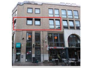 Dit instapklaar appartement van 80 m² ligt in de Stationsstraat, midden in het centrum van Genk op wandelafstand van alle faciliteiten. Huurprijs is 5