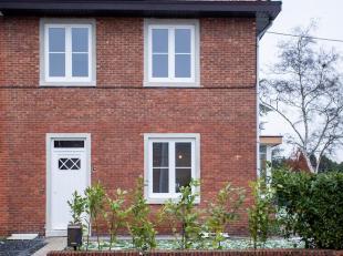 Half open bebouwing, volledig gerenoveerd met grote zijtuin, achtertuin en achterliggende open parkeerruimten.<br /> - centrale en toch rustige liggin