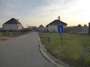 In een doodlopende straat vind je deze prachtige bouwgrond voor een open bebouwing. Zeer rustige omgeving maar toch op wandelafstand van het station (