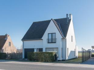 Gerenoveerde woning met prachtig open zicht op 'Golf ter Hille' te Oostduinkerke. Idyllische ligging op een boogscheut van duinen en zee. Vlotte verbi