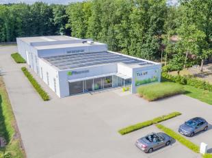 Modern en recent (2010) semi-industrieel gebouw met showroom (204 m²), magazijn (600 m²) en kantoren (562 m²)  met een zeer goede ligging in het indus