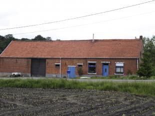 Mooi en rustig gelegen grondig te renoveren oude hoeve met bijgebouw. <br /> De hoeve staat op een ruim perceel bouwgrond van 20a20ca, gelegen in woon