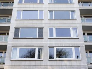 Dit uitstekend gelegen instapklaar appartement is op de 1ste verdieping van residentie Orchidee (bj 1968). Het bestaat uit: een inkomhal met videofoon