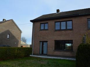 In Velm vinden we op de L. Van Pouckestraat 5 deze degelijke halfopen woning. We bevinden ons in een centrale ligging vlakbij het centrum.<br /> <br /