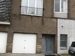 Leuk appartement op de 1e verdieping met inkomhall - 1 grote slaapkamer met dressing - ruime living - keuken - badkamer - aparte WC - berging voor was
