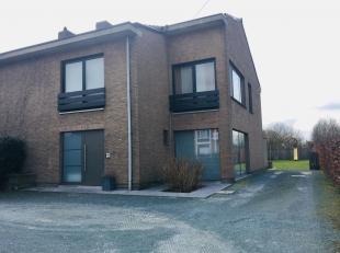 Mooie, ruime woning (HOB) met tuin, terras, oprit en voortuinparking. Ruime lichte inkomhal met ingemaakte kasten. Toilet. Zeer grote living (47 m²) m