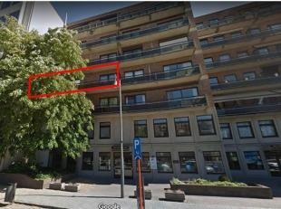 Hasselt Leopoldplein Ruim appartement (140m²) met grote living, ingerichte keuken met eethoek, 3 slaapkamers, grote badkamer, WC en 2 bergingen. Autos