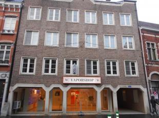 Appartement centrum van Diest, Hasseltsestraat 58/3A . Ruime living met nieuwe open keuken met eethoek. Nieuwe keuken omvat ingebouwde frigo en diepvr