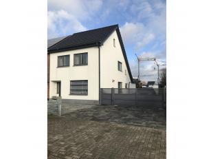 Deze halfopen woning dateert van 1957 maar is in 2010 grondig gerenoveerd. Ze is gelegen in Lanaken langs de verbindingsweg van Maastricht naar Zutend