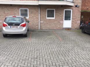 Vlot toegankelijke parkeerplaats met verlichte toegang, achteraan gebouw. Zeer nabij kolonel Dusartplein. Onmiddellijk beschikbaar.