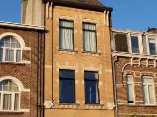 Mooi gerenoveerd herenhuis in Mortsel met gezellige tuin.<br /> Het volledige huis baadt in het licht dankzij de grote ramen, hoge plafonds en het ope