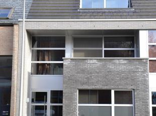 Uiterst hoogwaardig afgewerkt woonhuis. Gelijkvloers kan volledig ingericht worden als kantoor- of werkruimte voor een vrij beroep met 2 werkruimtes,