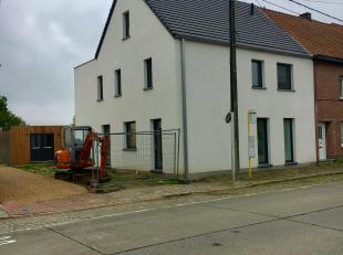 Luxueus afgewerkte landelijk gelegen woning met 4 ruime slaapkamers van 20, 18.30, 16.70 en 22.84 m² en maar liefst 3 badkamers. Keuken met inductieko